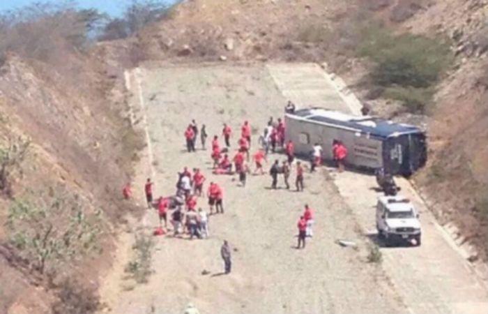 Así quedó el micro que trasladaba a la delegación de Huracán rumbo al aeropuerto. (Foto vía Twitter)
