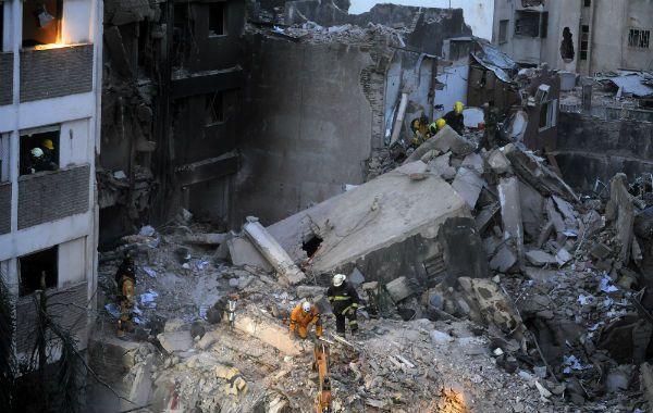 El cuerpo de la nueva víctima se habría encontrado debajo del inmenso tanque que abastecía al edificio y de donde ayer quitaron la losa gigante. (Foto: H. Río)