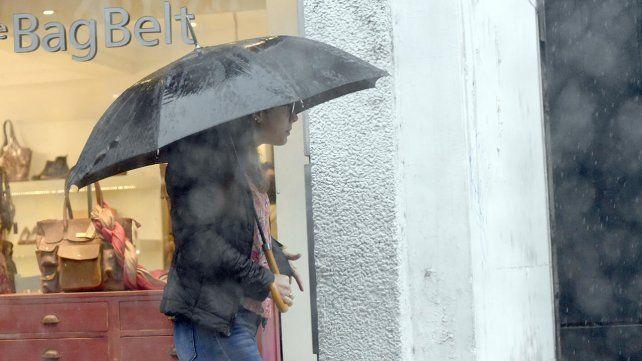 Salir con paragua en manos. Este jueves se esperan precipitaciones que no serán muy intensas.