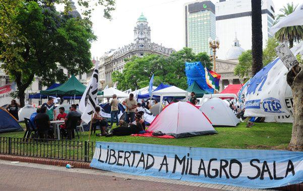 Simpatizantes de Sala hicieron su segundo día de acampe frente a la Casa Rosada exigiendo su liberación.