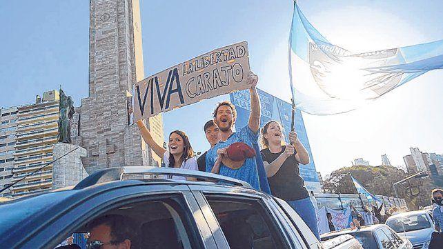 En auto y a pie. Los manifestantes desafiaron la pandemia y confluyeron en el Monumento a la Bandera.