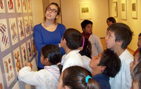 Aprendiendo. Los chicos del barrio visitaron una muestra de Julio Vanzo.