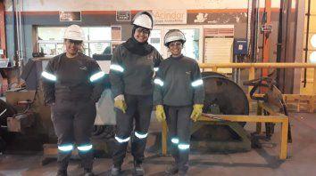 Jimena, Cecilia y Eliana, las primeras obreras metalúrgicas de la empresa.