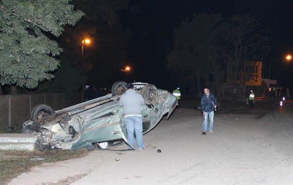 Choque fatal. El auto Renault Clio quedó tumbado tras el accidente.