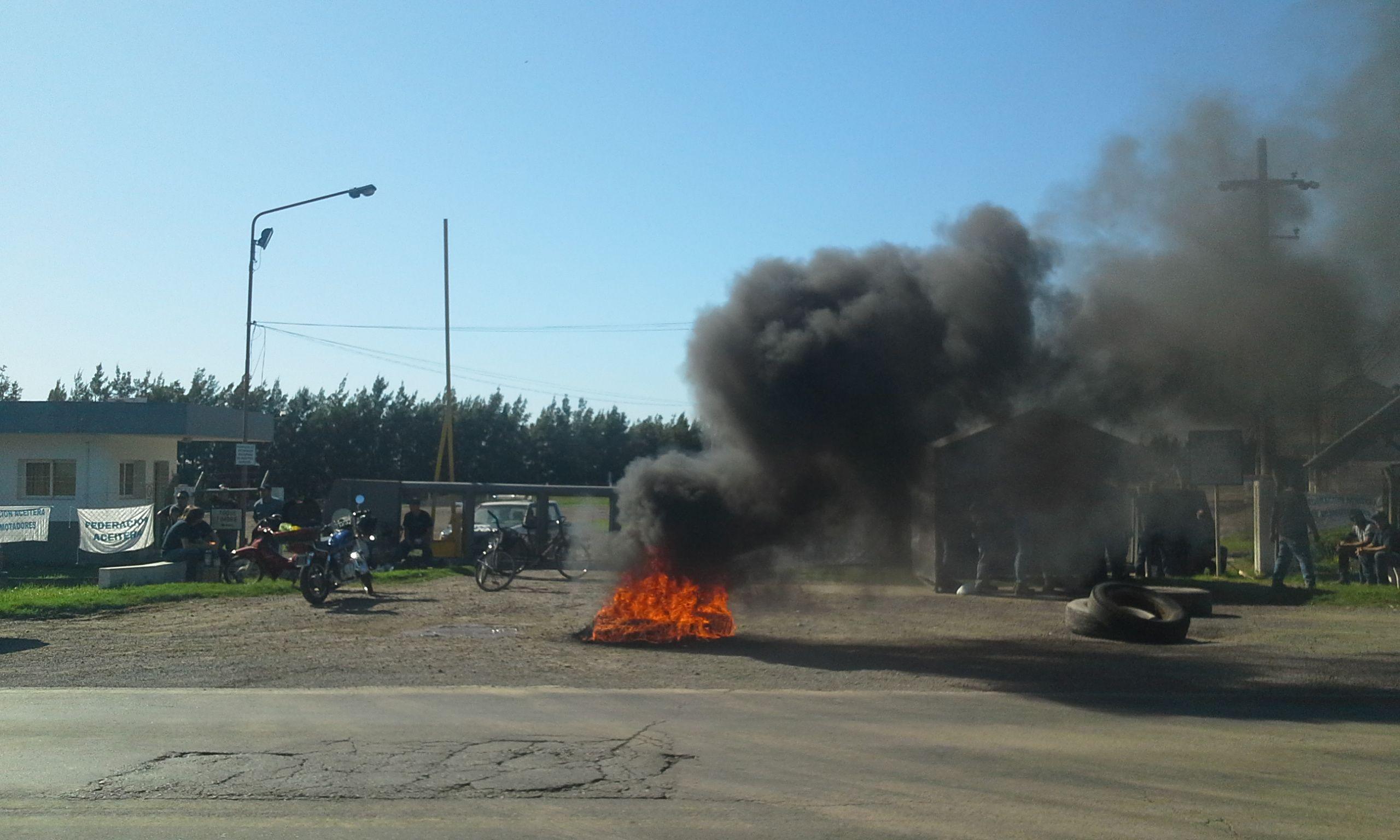 Malestar. La sorpresiva medida de la empresa generó la protesta con quema de cubiertas ante la industria aceitera.