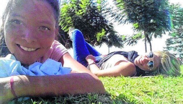 No hay nada que me tumbe. Noelia (adelante) junto a su amiga Maialen Piparo con quien la pelea.
