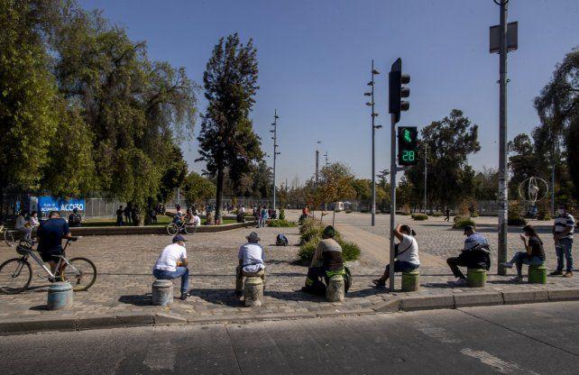 Una fila de personas esperan ser inoculadas con la vacuna Pfizer COVID-19 en un centro de vacunación Parque OHiggins en Santiago.