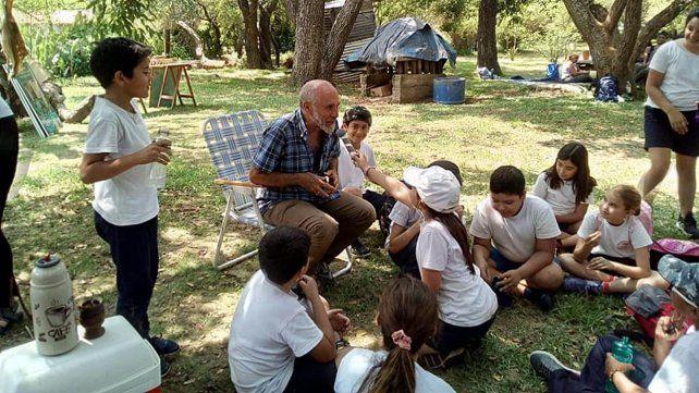 El artista plástico Mario Domínguez Teixeira está a cargo del recorrido con los chicos y chicas de las escuelas.