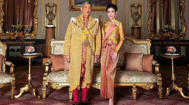 El rey Vajiralongkorn junto a su esposa perdonada.