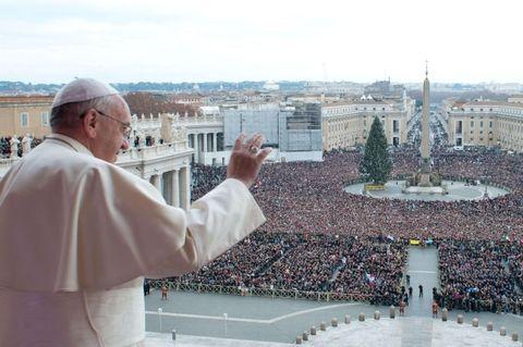 """Francisco imparte la tradicional bendición """"Urbi et Orbi"""" ante más de 150.000 fieles llegados de todo el mundo en una plaza festivamente adornada con flores."""