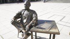 Así amaneció la estatua del Negro Fontanarrosa. Faltan dos de sus personajes icónicos.