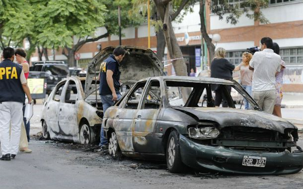 Autos incendiados y ventanales dañados. El secretario Berni dijo que actuaron entre 80 y 100 personas.