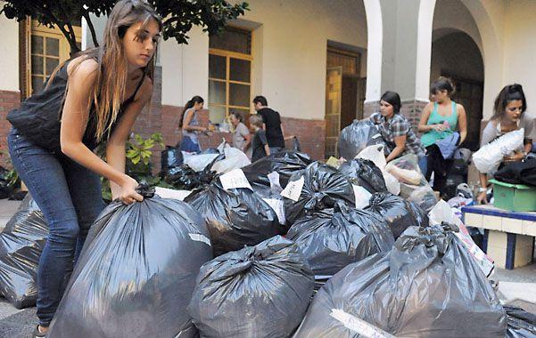 El patio del ex Hogar del Huérfano donde mucha gente se volvió a volcar ayer a llevar donaciones.