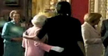 Inglaterra debate el polémico abrazo de Michelle Obama a la reina Isabel II