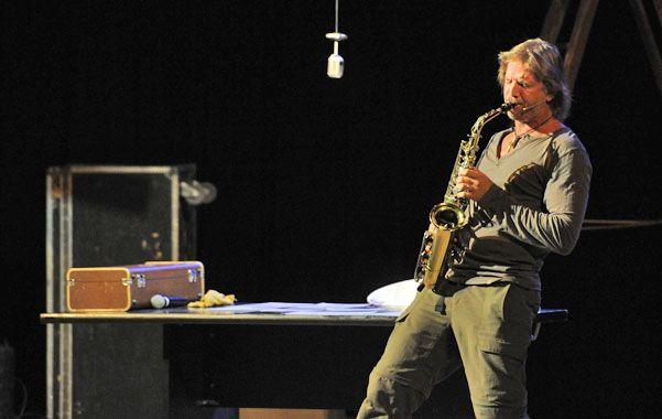 Seductor y saxofonista. El actor también mostró su faceta de músico.