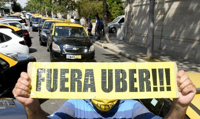 En pie de guerra. Los taxistas protestaron frente al Palacio Vasallo para pedir que la app no entre a Rosario.