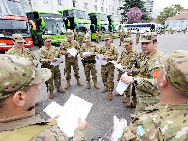 Listos. 96 mil efectivos de las Fuerzas Armadas y de seguridad custodiarán las 13.500 escuelas y escoltarán las urnas.
