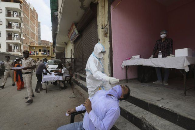 Hisopados en las calles de Nueva Delhi