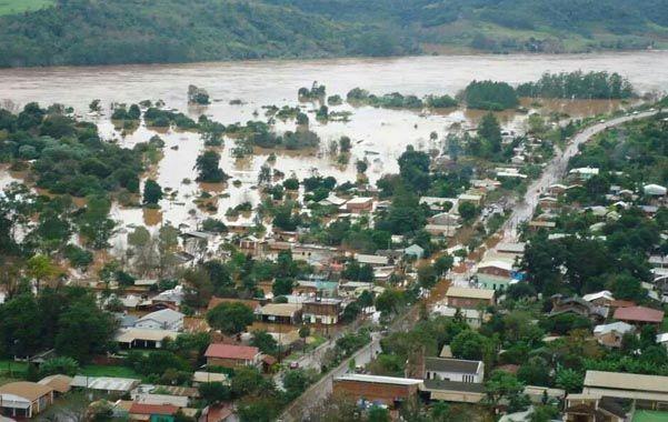 Aguas arriba. El Paraná volvió a crecer ayer en la capital de Corrientes.