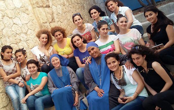 Juntas. La hermana María de Nazareth _la primera a la izquierda_ y las estudiantes que viven en Alepo.