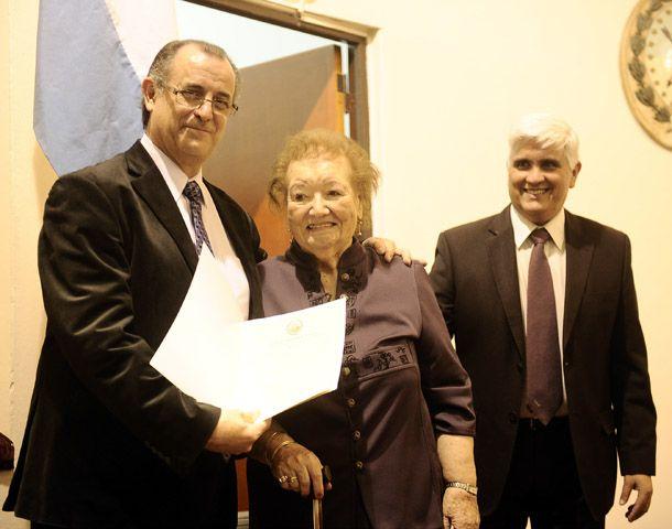 La maestra recibió el reconocimiento de manos del concejal Sciutto.