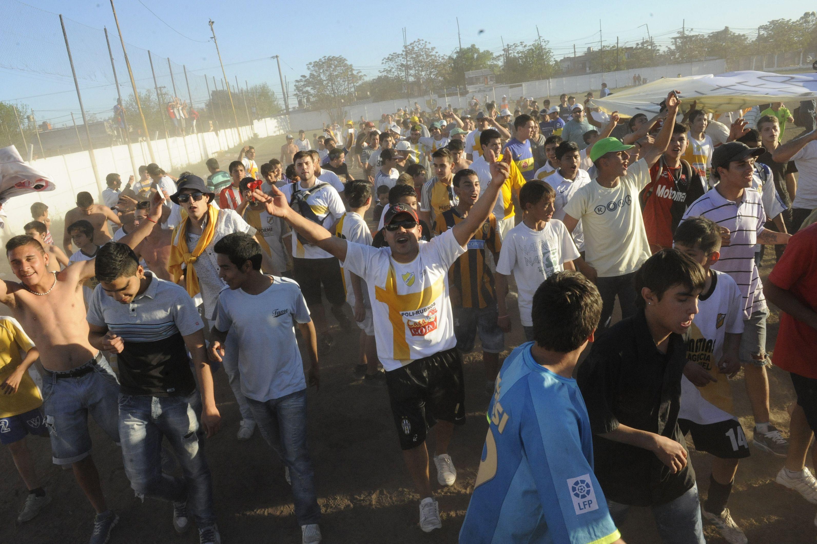 El grito. La esperada vuelta olímpica del plantel papal y sus seguidores.