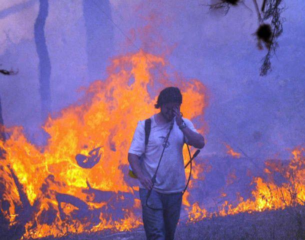Vecinos de Villa Ciudad de América intentaron apagar el fuego por sus propios medios para que no pueda expandirse. (Foto: Télam)