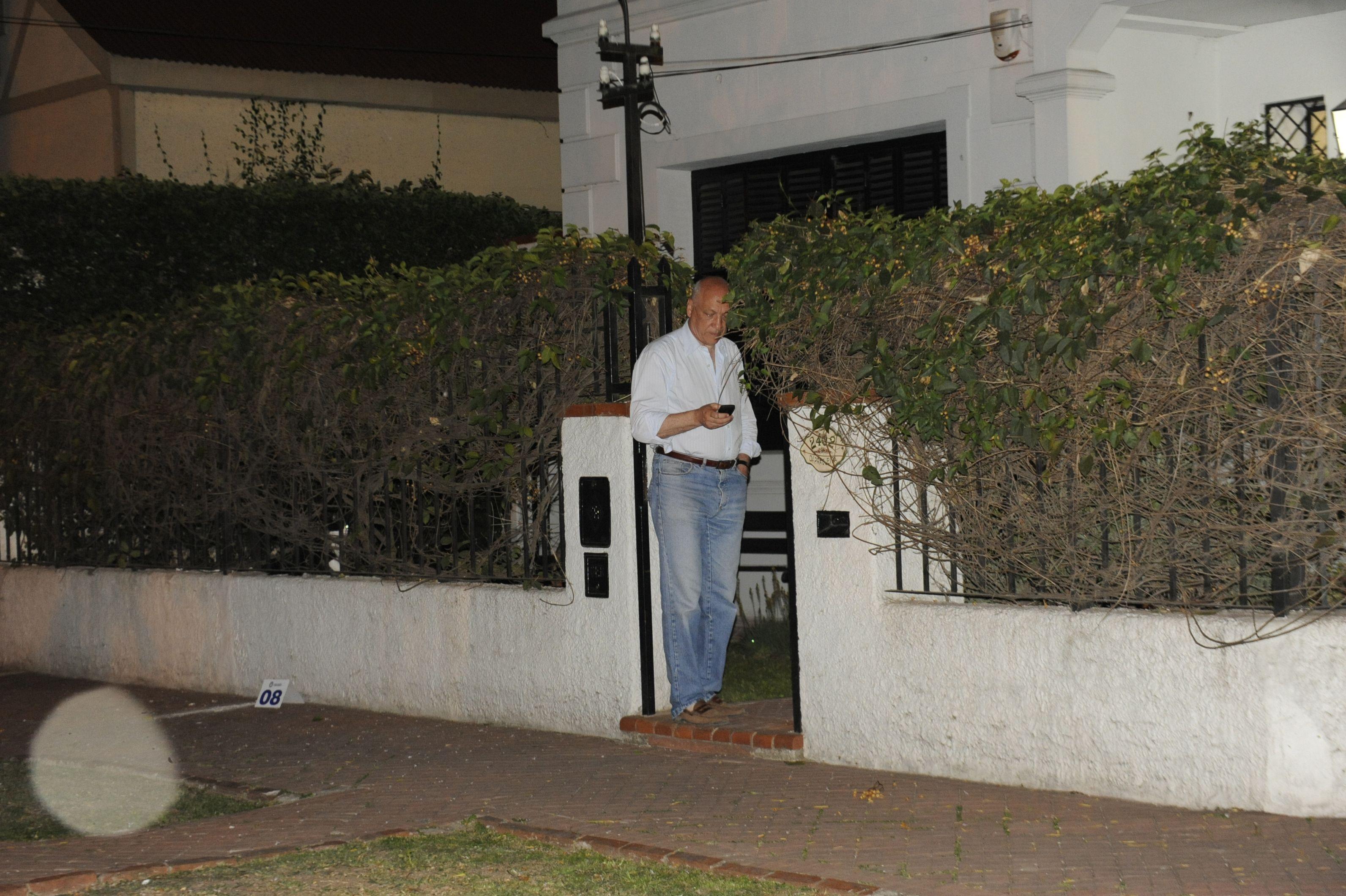 La noche. El gobernador frente a su casa