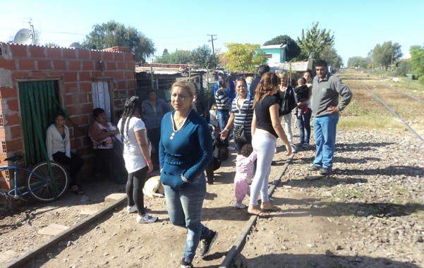 A un metro cincuenta de las vías. Los asentamientos ilegales de familias están sobre terrenos del ferrocarril.