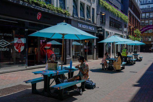METRÓPOLIS. Poca gente sentada en mesas al aire libre en Carnaby Street