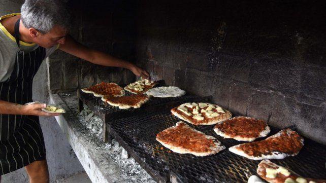 Tradicional pizzeada con 400 personas en el parque del Mercado