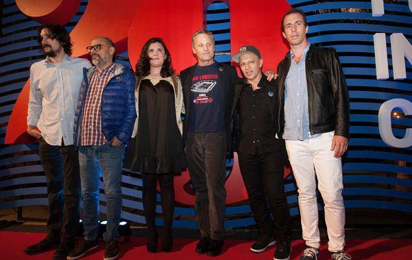 """Arriba el telón. Lisandro Alonso (izquierda) con Viggo Mortensen y el equipo de """"Jauja"""""""