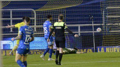 Aldosivi convierte el segundo gol.