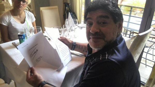 Telesur difundió imágenes de Maradona leyendo la carta firmada por Castro