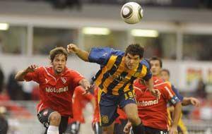 Zelaya busca de cabeza. Fue en el último choque entre Independiente y Central