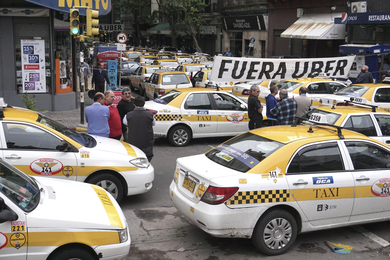 Los taxistas montevideanos protestan en el centro por el desembarco de los taxis informales. (NA)