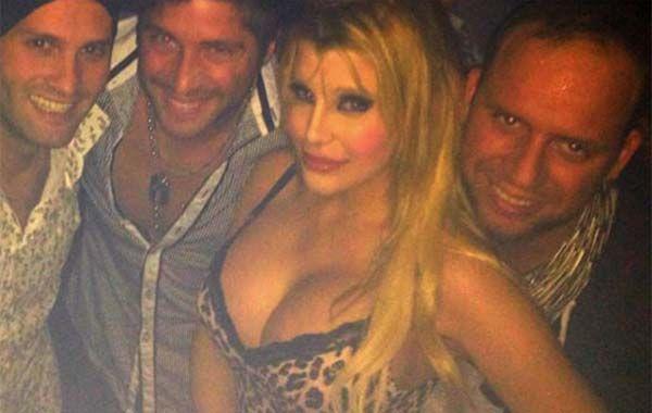 Charlotte Caniggia posó con amigos luego de las operaciones. (Foto: Facebook)