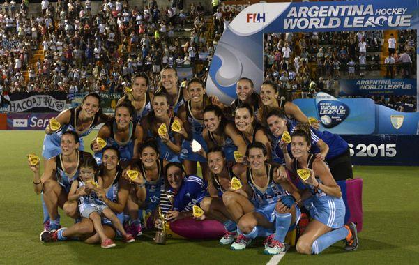 Selfie de la consagración. Las chicas se fotografiaron mientras festejaban un nuevo título de la camiseta argentina.  (Silvina Salinas / La Capital)