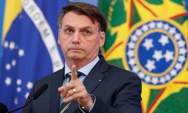 Apuntó y tiró. Bolsonaro fustigó a los periodistas ante las denuncias que recibió por un gasto en alimentos.