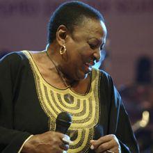 Murió de un ataque cardíaco tras un recital la cantante Mamá Africa