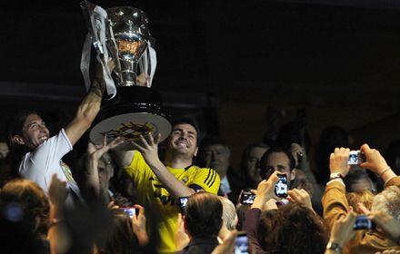 Sergio Ramos y Casillas levantan la copa en el Bernabeu. Los merengues rompieron otro récord.