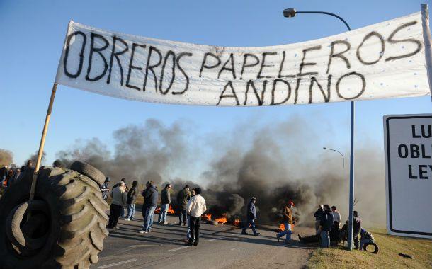 Protesta. Durante varias horas del jueves los obreros cortaron los dos carriles de la autopista Rosario-Santa Fe.