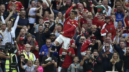 Vuela alto. Cristiano Ronaldo, a los 36 años, volvió al Manchester United y anotó dos goles.