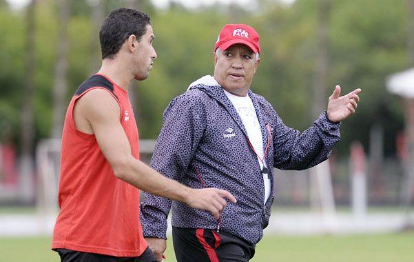 Diálogo. Américo Gallego y Maxi charlan de fútbol en un entrenamiento. Una postal constante en Bella Vista.