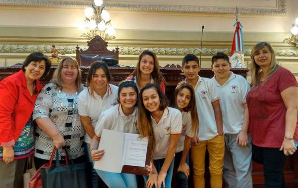 Ganadores. Los estudiantes celebraron el galardón en la Legislatura.