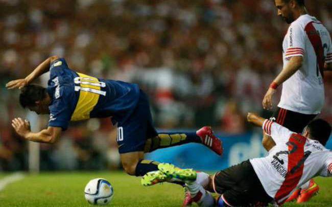 La patada de Vangioni terminó lesionando al jugador de Boca.