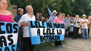 Emociones. Roberto, el hermano de Lele, recibió el acompañamiento de los vecinos para recorrer el lugar.