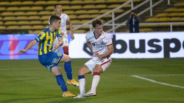 Dupuy ya recibió do Zabala y marca el gol del triunfo.