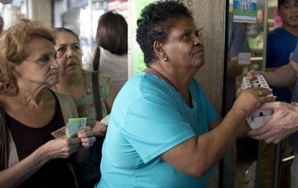 Emergencia. Mujeres hacen fila y compran huevos racionados en pleno centro de Caracas.