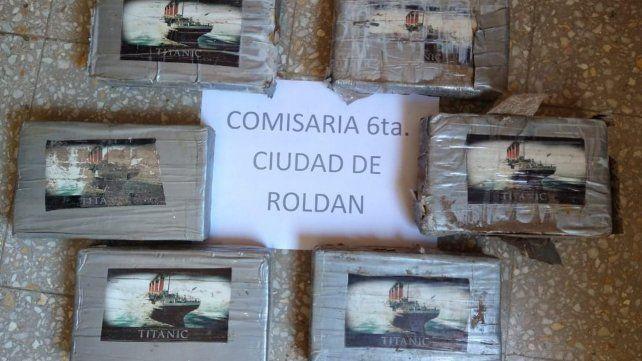 Hallaron cocaína en Roldán en paquetes con el logo del Titanic
